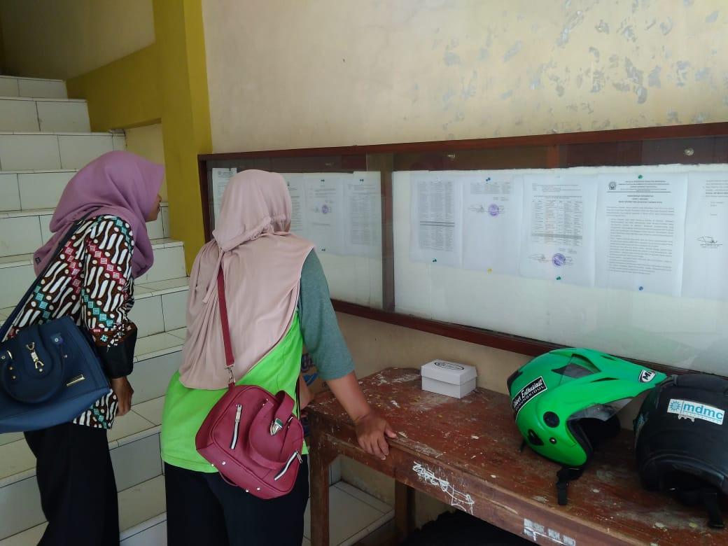 Calon Guru dan Karyawan melihat Hasil Seleksi Test Angkatan 7 PDM Gunungkidul