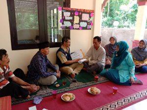Tupanto (Bendahara Lazismu) menyerahkan bantuan kepada Wardiyo disaksikan PCM Tepus
