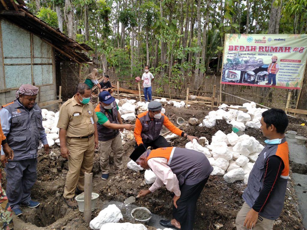 PDM Gunungkidul Kapanewon Ponjong dan Lurah Kalurahan Genjahan dalam Peletakan Batu Pertama Bedah Rumah 8 Lazismu Gunungkidul